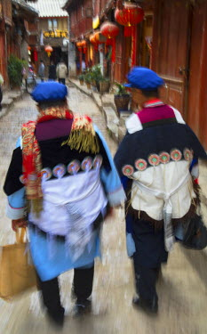 CH10915AW Naxi women wearing traditional clothing, Lijiang (UNESCO World Heritage Site), Yunnan, China