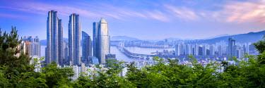 SKO0402AW The Gwangandaegyo suspension bridge and Busan city skyline, South Korea