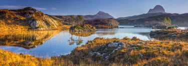 UK03375 UK, Scotland, Highland, Sutherland, Lochinver, Loch Druim Suardalain, Mount Canisp (centre) and Mount Suilven (right)