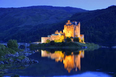 CLKMG56635 Eilean Donan castle by night (mirrored), Scotland