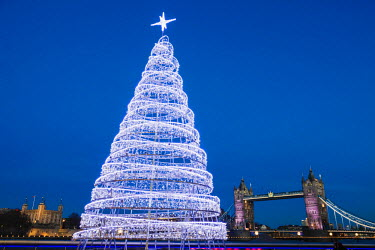TPX58252 England, London, Southwark, More London Riverside, Christmas Tree and Tower Bridge