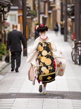 JAP1000AW Maiko running along a street, Gion district, Kyoto, Japan