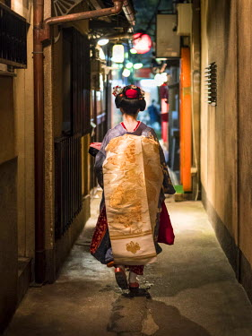 JAP1003AW Young Maiko walking along an alley, Pontocho district, Kyoto, Japan