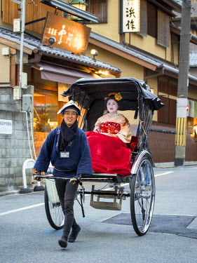 JAP1009AW Japanese Maiko being chauffeured in a traditional carriage, Gion district, Kyoto, Japan