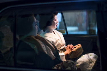 JAP1010AW Japanese Geishas chauffeured in a taxi, Gion, Kyoto, Japan