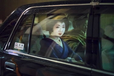 JAP1011AW Japanese Geisha chauffeured in a taxi, Gion, Kyoto, Japan