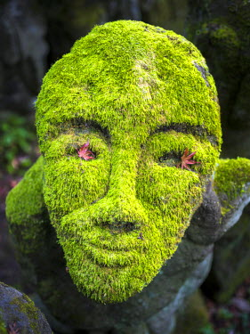 JAP1081AW Buddhist moss statue at the Otagi nenbutsu-ji, Arashiyama, Kyoto, Japan