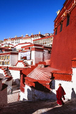 TIB0202AW Monks at Ganden monastery, Tibet, China