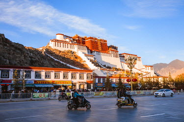 TIB0208AW Famous Potala palace, Lhasa, Tibet, China
