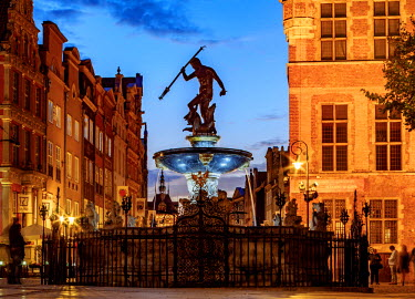 POL1751AW Poland, Pomeranian Voivodeship, Gdansk, Old Town, Neptune's Fountain at twilight