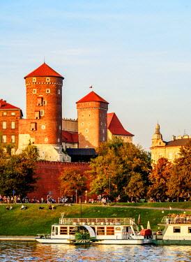 POL1768AW Poland, Lesser Poland Voivodeship, Cracow, Wawel Royal Castle and Vistula River
