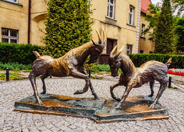 POL1840AW Poland, Greater Poland, Poznan, Old Town, Sculpture of Goats in front of the Former Jesuit College