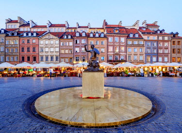 POL1938AW Poland, Masovian Voivodeship, Warsaw, Old Town Market Place, The Warsaw Mermaid at twilight