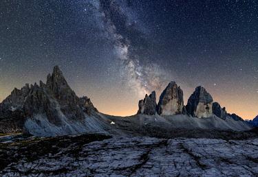 CLKGH31292 Tre Cime di Lavaredo, Drei Zinnen, Three peaks of Lavaredo, Dolomites, South Tyrol, Veneto, Italy. Tre Cime di Lavaredo, Paterno and Milky Way