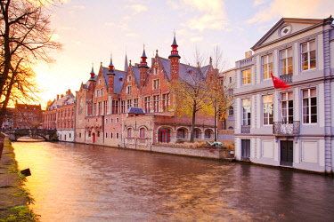 BEL1546 Belgium. Flanders. Bruges. Houses overlooking a canal at the historical centre.