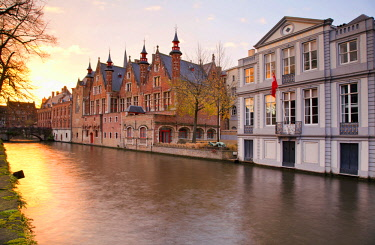 BEL1549 Belgium. Flanders. Bruges. Houses overlooking a canal at the historical centre.