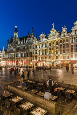 BEL1574AW Night view of Grand Place with Maison du Roi and other guildhalls, Brussels, Belgium