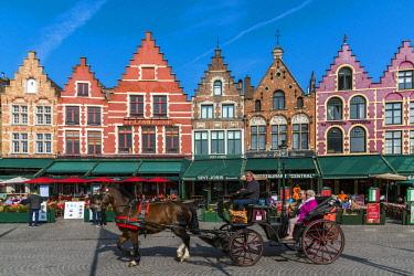BEL1622AW Horse carriage in Markt or Market Square, Bruges, West Flanders, Belgium