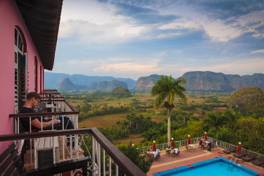 CB02652 Cuba, Pinar del Río Province, Vinales, View over Hotel Horizontes Los Jazmines swimming pool to Vinales valley