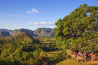 CB02671 Cuba, Pinar del Río Province, Vinales, Outdoor cafe overlooking Vinales valley