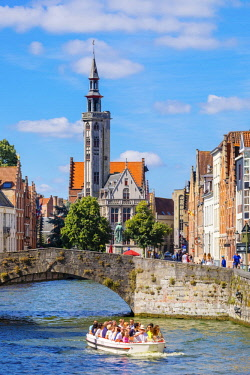 BEL1690AW Belgium, West Flanders (Vlaanderen), Bruges (Brugge). A tourist boat passes in front of The Burghers' Lodge (Poortersloge) on the Spiegelrei (Spinolarei) canal.