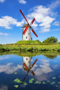 BEL1693AW Belgium, West Flanders (Vlaanderen), Damme. Hoeke Mill (Hoekemolen) windmill on the Damse Vaart canal.