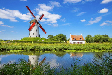 BEL1694AW Belgium, West Flanders (Vlaanderen), Damme. Hoeke Mill (Hoekemolen) windmill on the Damse Vaart canal.