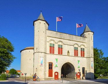 BEL1706AW Belgium, West Flanders (Vlaanderen), Bruges (Brugge). Kruispoort gate, former 14th century city gate.