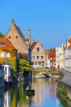 BEL1710AW Belgium, West Flanders (Vlaanderen), Bruges (Brugge). Buildings along the Gouden-Handrei canal.