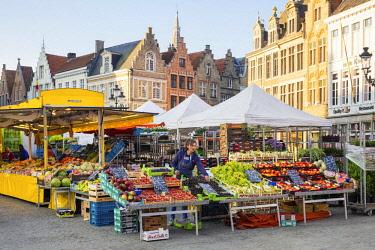 BEL1714AW Belgium, West Flanders (Vlaanderen), Bruges (Brugge). Farmer's market on Markt square.