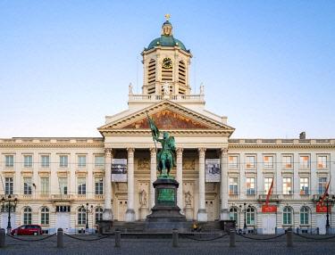 BEL1734AW Belgium, Brussels (Bruxelles). Saint Jacques-sur-Coudenberg neoclassical church and statue of Godefroid de Bouillon on historic Place Royale square.