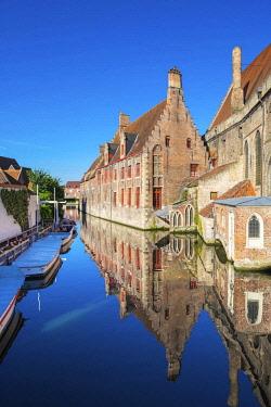 BEL1753AWRF Belgium, West Flanders (Vlaanderen), Bruges (Brugge). Historic Sint-Janshospitaal (St. John's Hospital) on the Bakkersrei canal.