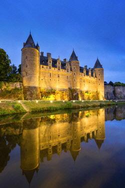 FRA9631AW France, Brittany (Bretagne), Morbihan department, Josselin. Chateau de Rohan castle on the Oust River at dusk.