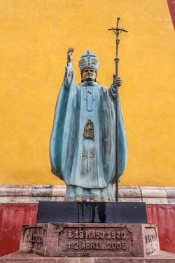 MEX1784AW Statute of catholc bishop infront of San Roque Temple in the historic center of Guanajuato, Mexico