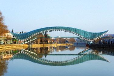 GEO0069 Eurasia, Caucasus region, Georgia, Tbilisi, Bridge of Peace on Mtkvari river