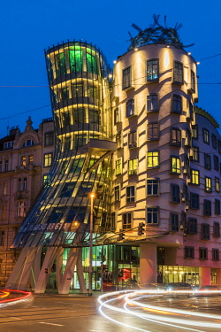 CZE1793AW Night view of Dancing House or Fred and Ginger building, Prague, Bohemia, Czech Republic