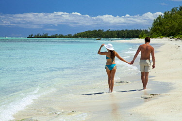 MTS0062 Lovers walking on the beach on Ilot Mangenie, an island owned and managed by Shangri-La's Le Touessrok Hotel & Spa, and for exclusive use by their guests, Mauritius