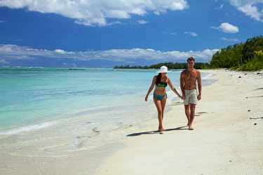 MTS0063 Lovers walking on the beach on Ilot Mangenie, an island owned and managed by Shangri-La's Le Touessrok Hotel & Spa, and for exclusive use by their guests, Mauritius