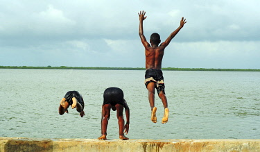 HMS2062339 Kenya, Lamu archipelago, Lamu, boys jumping into the ocean