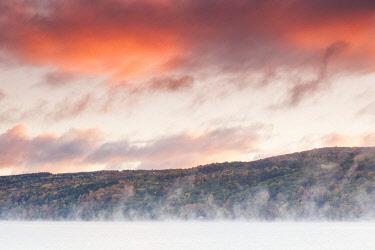 US61439 USA, New York, Finger Lakes Region, Hammondsport, Keuka Lake, fog, autumn