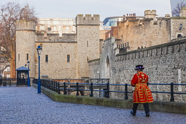 TPX59059 England, London, Tower of London, Tower Walls and Beefeater
