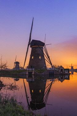 TPX59203 Europe, Netherlands, Alblasserdam, Kinderdijk, Windmills