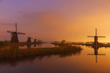 TPX59208 Europe, Netherlands, Alblasserdam, Kinderdijk, Windmills