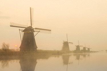 TPX59225 Europe, Netherlands, Alblasserdam, Kinderdijk, Windmills