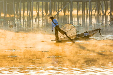 MYA2139AW Leg-rowing fisherman of Inle Lake in the morning mist, Shan State, Myanmar