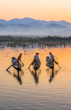 MYA2166AW Leg-rowing fishermen of Inle Lake at dawn, Shan State, Myanmar