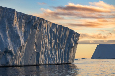 GRN1286 Icebergs calved from Jakobshavn Glacier floating in Disko Bay, Ilulissat, West Greenland