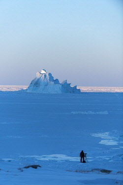 GRN1337 Photographing icebergs off the coast of Oqaatsut, West Greenland