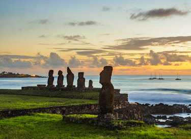 CHI10821AWRF Moais in Tahai Archaeological Complex at sunset, Rapa Nui National Park, Easter Island, Chile