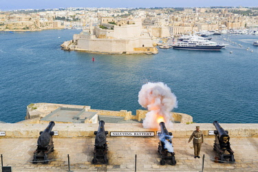 MLT0569AW Malta, South Eastern Region, Valletta. The 16:00hrs firing of the canon at the Saluting Battery, Upper Barrakka Gardens was traditionally used to signify the closing of the city gates. (MR).